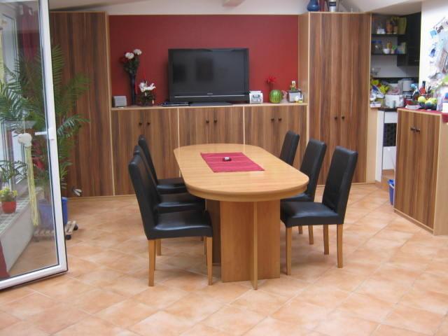 Tisch und Stühle im Haus